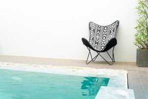 sedia intorno alla piscina - concetto di vacanza foto