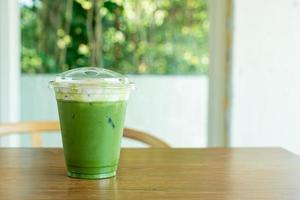 crema di formaggio al tè verde matcha in tazza da asporto foto