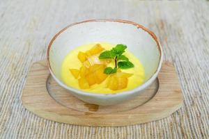 mango fresco con vasetto di yogurt foto