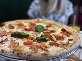 pizza con salsa pizza, mozzarella e peperoni. foto