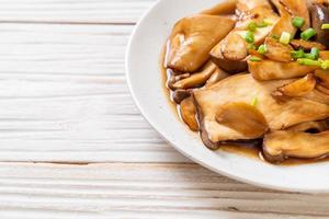 Funghi di ostrica reale saltati in padella in salsa di ostriche - stile alimentare sano, vegano o vegetariano foto