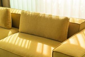 divano senape dorato vuoto nel soggiorno in foto