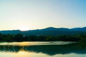 lago ang kaew all'università di chiang mai con montagne boscose foto