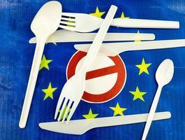 l'Europa vieta le cannucce e le stoviglie di plastica a causa delle microplastiche foto