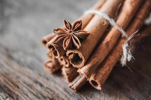 bastoncini di cannella e anice sulla superficie di legno foto