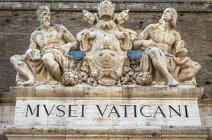ingresso del famoso edificio dei musei vaticani a roma, italia, 2020 foto