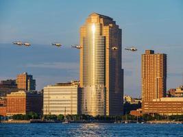 sei elicotteri che volano intorno alla città di manhattan foto
