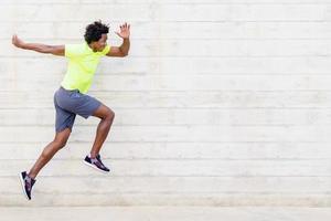 uomo di colore che si allena in esecuzione salti per rafforzare le gambe. foto