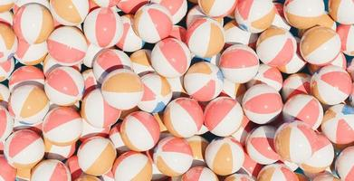 molti palloni da spiaggia foto