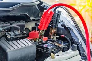ricarica della batteria dell'auto con l'elettricità tramite cavi jumper foto