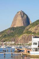 collina del pan di zucchero, vista dalla baia di botafogo a rio de janeiro foto