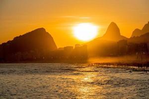 tramonto sulla spiaggia di leme a copacabana, rio de janeiro, brasile foto