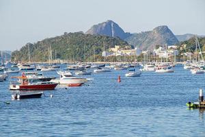barche sul mare nella baia di botafogo a rio de janeiro, brasile foto