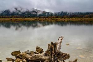 mattina nuvolosa. laghi vermiglio, parco nazionale di banff, alberta, canada foto