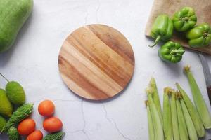 selezione di cibi sani con verdure fresche su tagliere di cinghiale foto