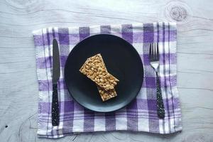 barretta dolce di noci di piselli su una vista dall'alto di un piatto foto