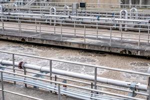 impianto di trattamento delle acque reflue in una giornata di sole foto