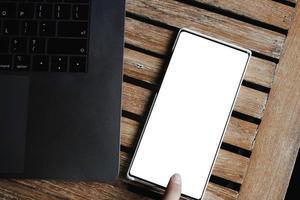 mano della donna che tiene smartphone schermo vuoto telefono cellulare foto