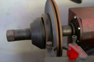 Freno strumento tornio lucidatura freni a disco di auto che funzionano automaticamente foto