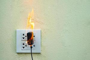 presa di corrente del cavo elettrico in fiamme foto