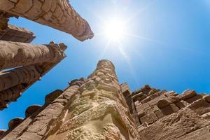 colonne antiche in un tempio di karnak a luxor foto