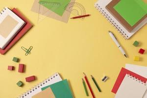 disposizione delle forniture scolastiche vista dall'alto foto