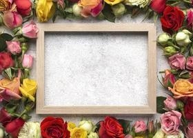 vista dall'alto bellissimi fiori con cornice vuota foto