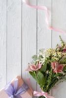 bouquet di fiori vista dall'alto con regalo foto