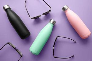 la disposizione diversi bicchieri colorati foto