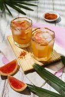tavolo assortimento di bevande speziate michelada foto