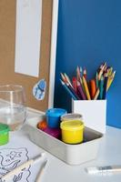 impostazione della scrivania per bambini ad alto angolo foto