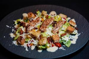 tradizionale insalata Caesar con pollo alla griglia foto