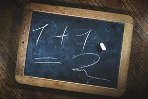 piccola lavagna con bambino semplice calcolo matematico child foto