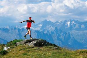 atleta di skyrunning in allenamento sulle creste montuose foto