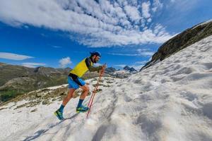 skyrunner runner in salita in un tratto innevato foto