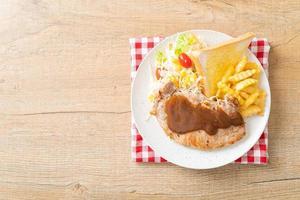 bistecca di maiale con salsa di peperoni neri e mini insalata foto