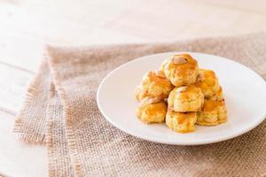 biscotti durian su piatto bianco - dessert foto