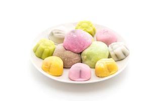 mochi da dessert su sfondo bianco foto