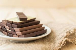 barrette di cioccolato su fondo in legno foto