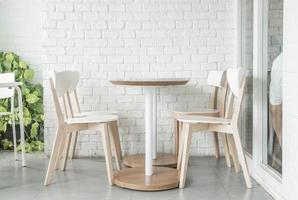 sedia di legno vuota nel ristorante foto