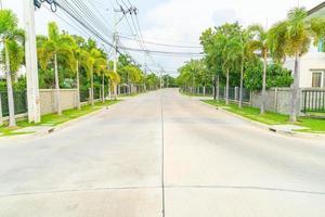strada vuota con casa nel villaggio foto