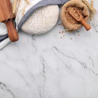 pasta di lievito fresca fatta in casa su un tavolo di marmo foto