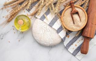 pasta lievitata fresca fatta in casa appoggiata su un tavolo di marmo foto