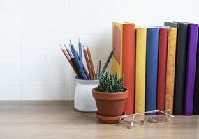 pila di libri sul desktop. foto