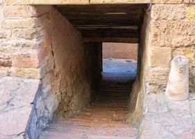 passaggio in pietra nelle strade di una città medievale foto