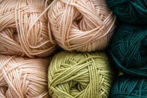 molti gomitoli di lana per lavorare a maglia. foto