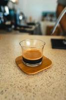 ecfresso il caffè da una pressa in una tazza foto