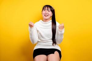 ritratto di una bella donna asiatica con una faccia sorridente. donna asiatica foto