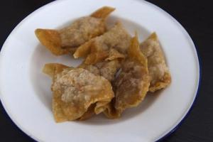Wonton fritti o gnocchi sul piatto foto