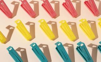 assortimento di oggetti in plastica non ecologici foto